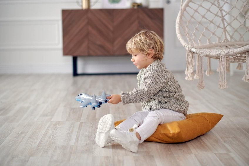ребенок занят игрой